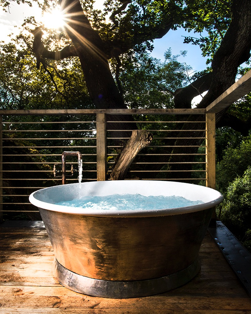 The woodsman 39 s treehouse for Outdoor badewanne